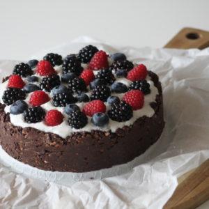 chocolade-yoghurt-taart-met-rood-fruit